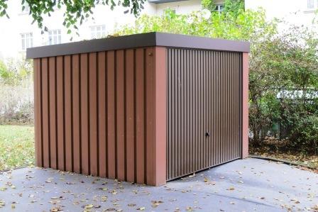 Stabile Gerätehütte mit Kipptor